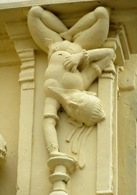 Adho Mukha Vrksāsana ~ Nanjangud, Karnataka, Inde - Yoga Sésâme