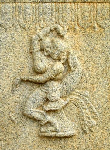 Danseuse en tentative d'Eka Pāda Sirsāsana (posture du pied derrière la tête), Shravanabelagola, Karnataka, Inde
