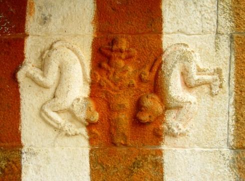 Concours de singes en tentative d'Adho Mukha Vrksāsana (posture d'équilibre sur les mains), Shravanabelagola, Karnataka, Inde