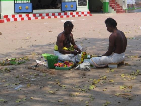 Brahmanes recueillis autour de la préparation d'offrandes de fleurs, Karnataka, Inde