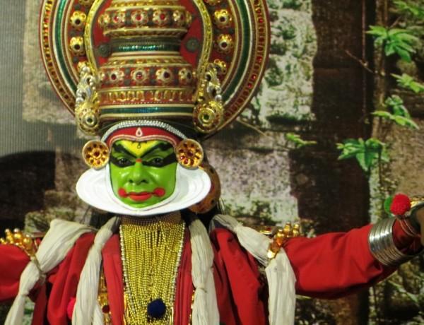 Danseur de Kathakali sous le fard et le costume, Chennai, Tamil Nadu, Inde